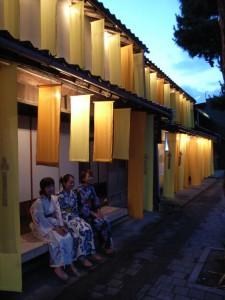 出雲大社神門通りの空き家再生ワークショップの縁側夕景、浴衣で涼む学生達
